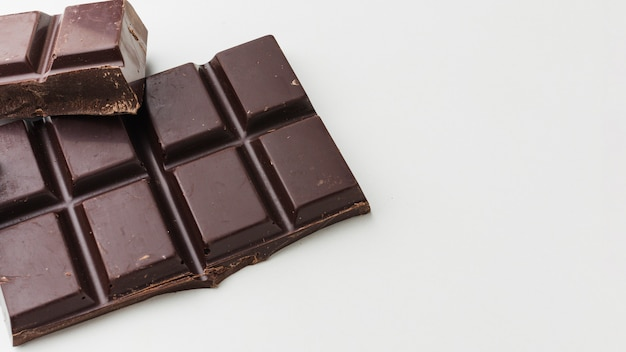 Cerca de la barra de chocolate negro