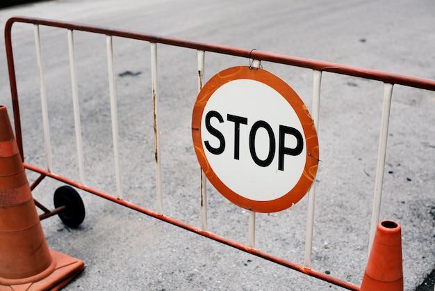 Cerca de barrera de acero móvil con señal de stop