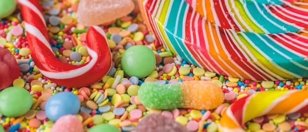 Cerca de bastón de caramelo y piruleta