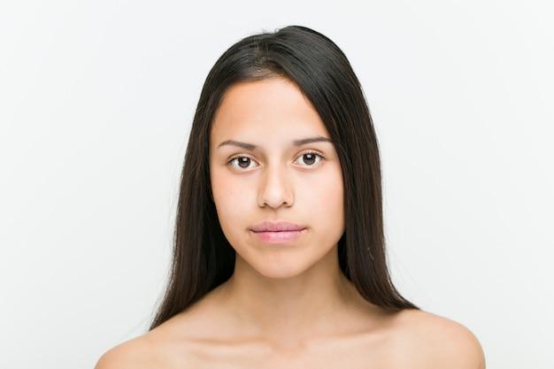 Cerca de una bella y natural joven hispana