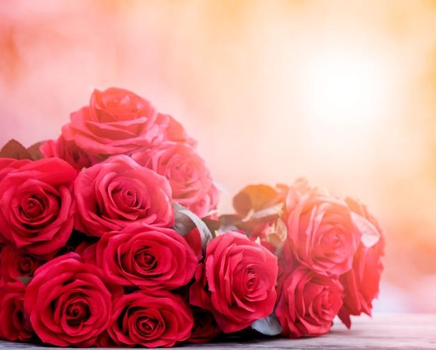 Cerca de bouguet rosas hermosas con fondo claro brillante para el día de san valentín y el tema del amor