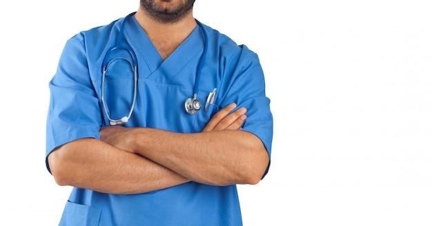 Cerca de los brazos de un hombre cruzado de personal médico