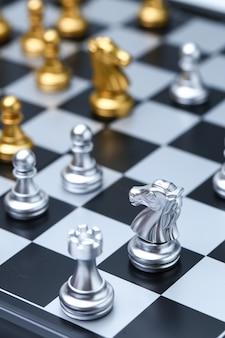 Cerca de caballero en tablero de ajedrez y piezas de ajedrez