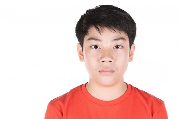 Cerca de la cabeza de la parte delantera del pelo negro chico asiático.