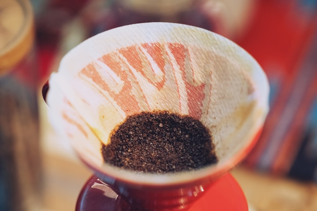 Cerca de café de goteo de mano, café molido con filtro