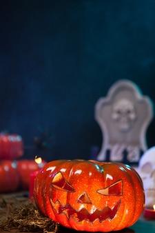 Cerca de calabaza naranja espeluznante sobre una mesa de madera para la fiesta de halloween. decoraciones de halloween.