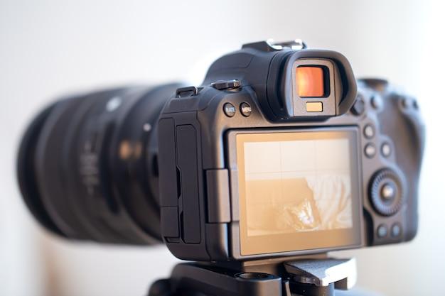 Cerca de una cámara digital profesional sobre un fondo borroso