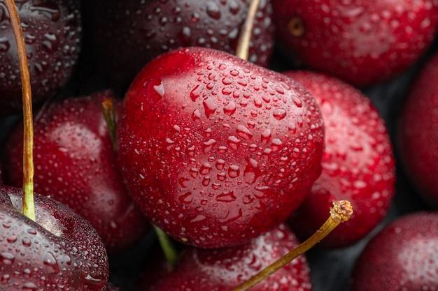 Cerca de cerezas maduras con gran colección de cerezas rojas frescas. cerezas maduras de fondo.