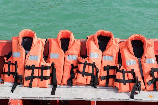 Cerca de chaleco salvavidas en el barco con el fondo del mar. equipos para la seguridad en el transporte de agua | Foto Premium