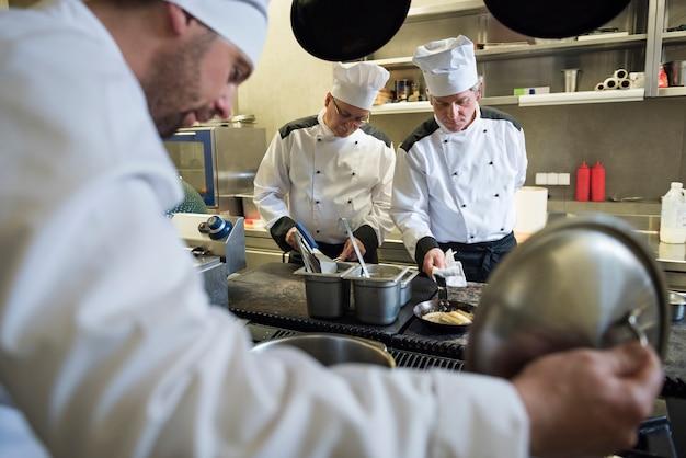 Cerca de chef cocinando en la cocina del restaurante