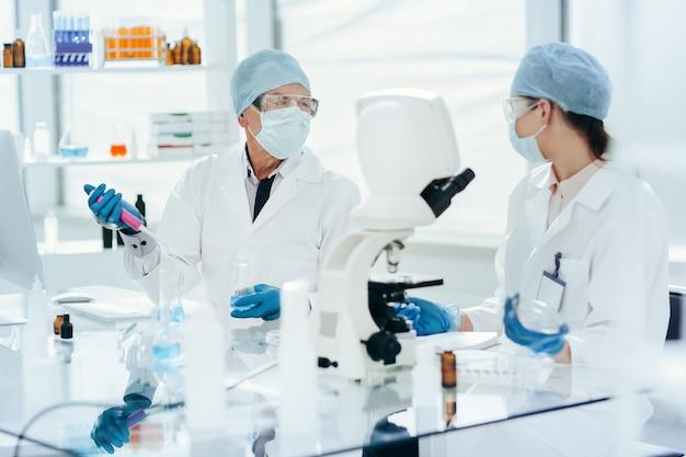 De cerca. científicos discutiendo su investigación en el laboratorio.