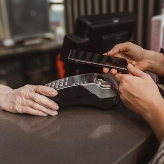 Cerca de un cliente pagando su factura de café