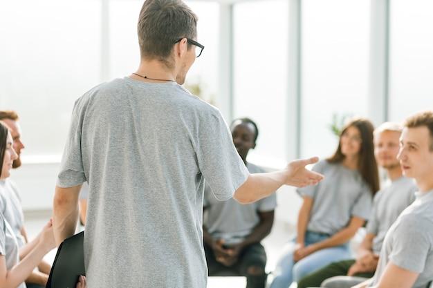De cerca. el coach empresarial mantiene un debate con un grupo de jóvenes. negocios y educación