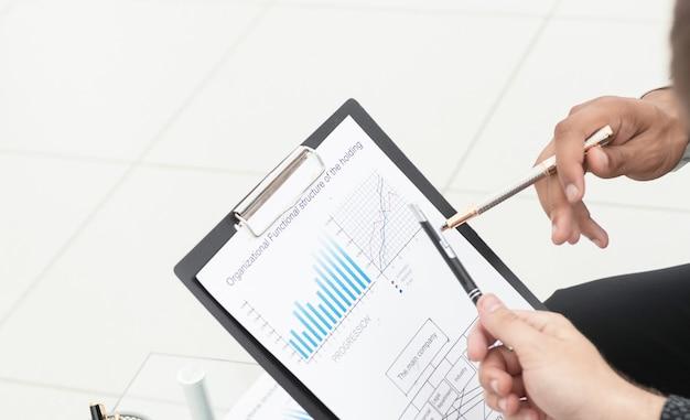 Cerca de colegas de negocios discutiendo datos financieros