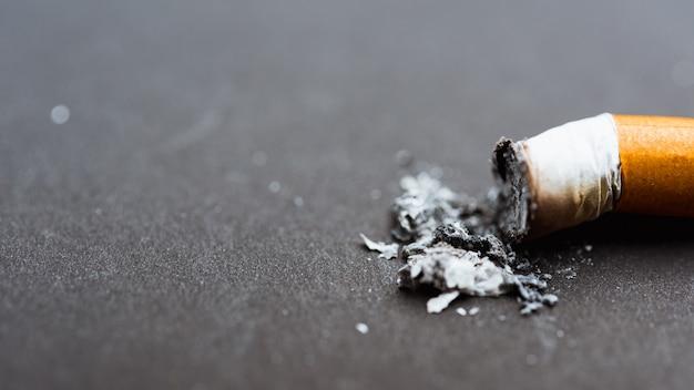Cerca de colilla rota pin abajo cigarrillo o tabaco