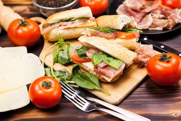 Cerca de comida sana y deliciosa en la mesa de madera