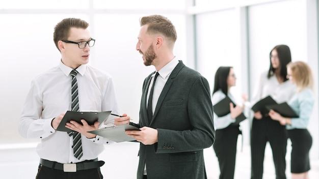 De cerca. compañeros de trabajo discutiendo cuestiones laborales. concepto de negocio