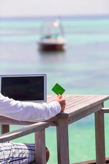 Cerca de computadora y tarjeta de crédito sobre la mesa
