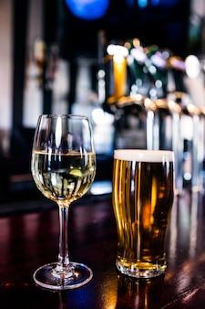 Cerca de una copa de vino y una cerveza en un bar