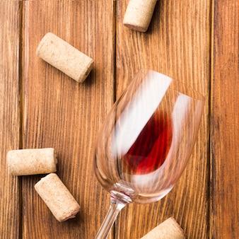 Cerca de copa de vino y corchos