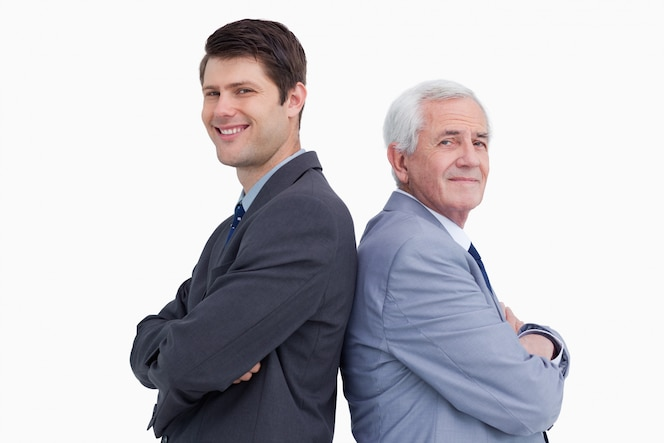 Cerca del empresario y su mentor de pie espalda con espalda
