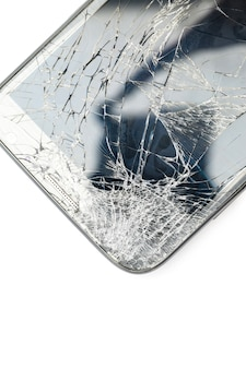 Cerca del teléfono inteligente de pantalla rota aislada sobre fondo blanco