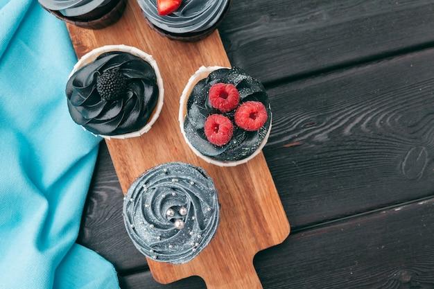 Cerca de unos deliciosos cupcakes gourmet glaseados con una variedad de sabores glaseados