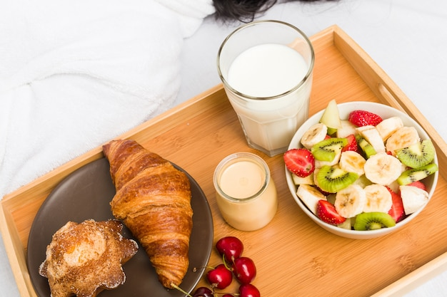 Cerca de un desayuno clásico europeo