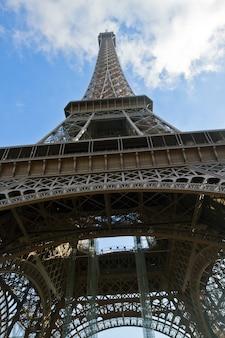 Cerca de los detalles de la torre eiffel, parís, francia