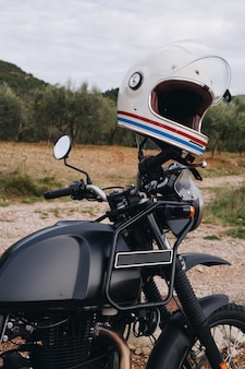 Cerca de la dirección de la motocicleta de aventura