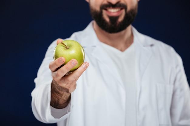 Cerca de un doctor hombre sonriente