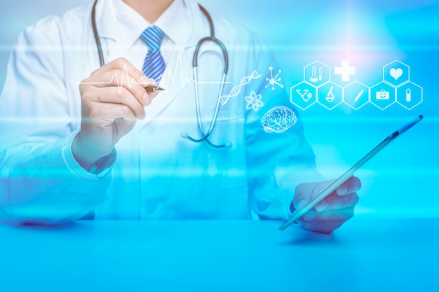Cerca del doctor está mostrando datos de análisis médicos, concepto de tecnología médica