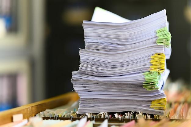 Cerca de documentos apilados en el escritorio de oficina