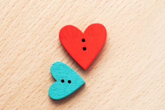 Cerca de dos botones de madera con forma de corazón