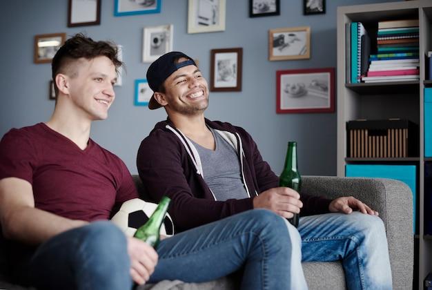 Cerca de dos hombres celebrando el partido de fútbol