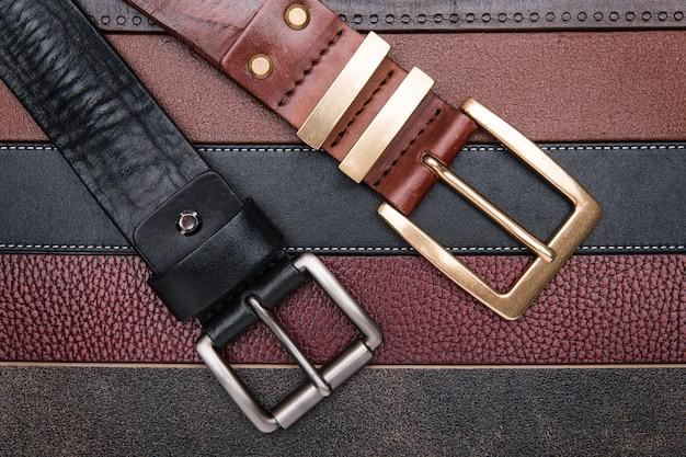 Cerca de dos hombres cinturones sobre tiras de cuero