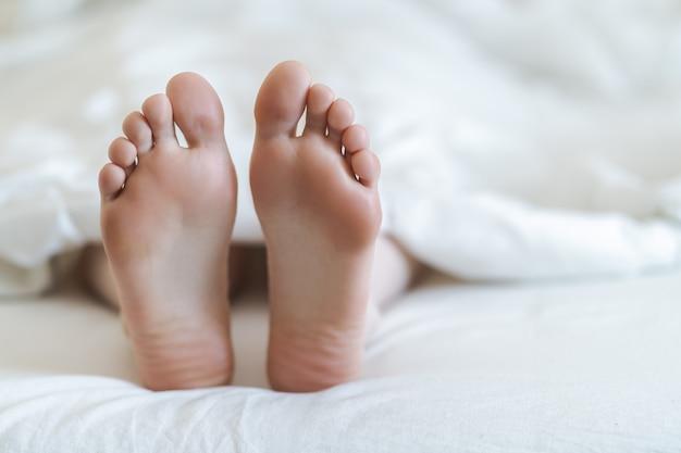 Cerca de dos pies en una cama