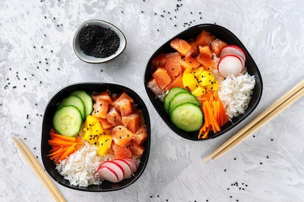 Cerca de dos poke bowls con salmón