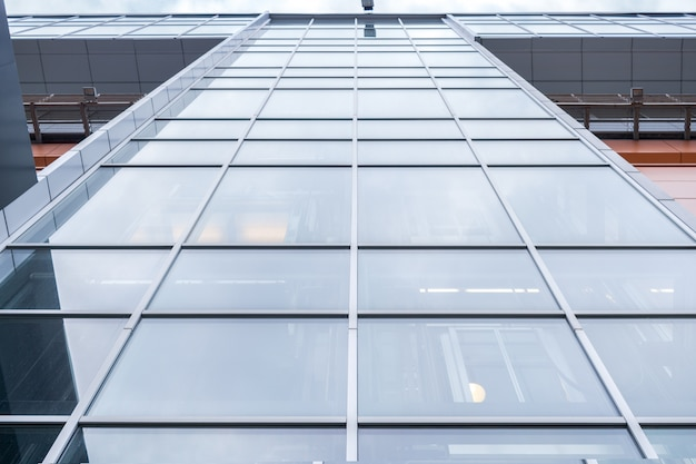 Cerca del edificio de oficinas con ventanas de espejo