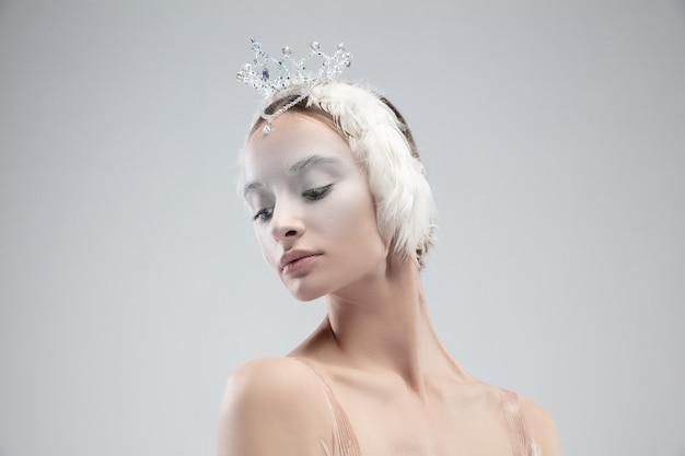Cerca de elegante bailarina clásica sobre fondo blanco.