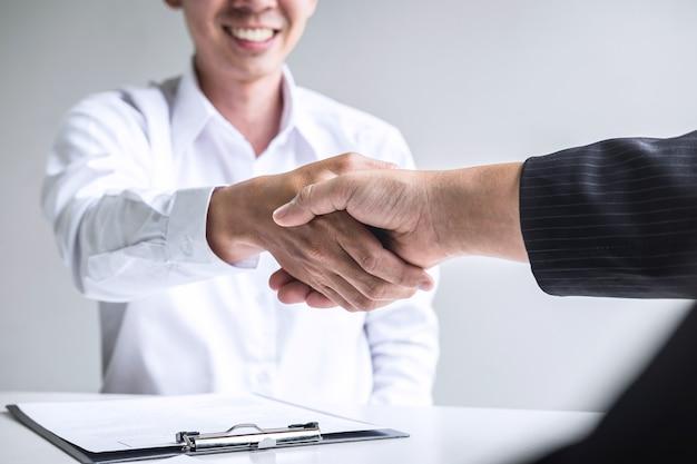 Cerca del empleador un apretón de manos con un empleado