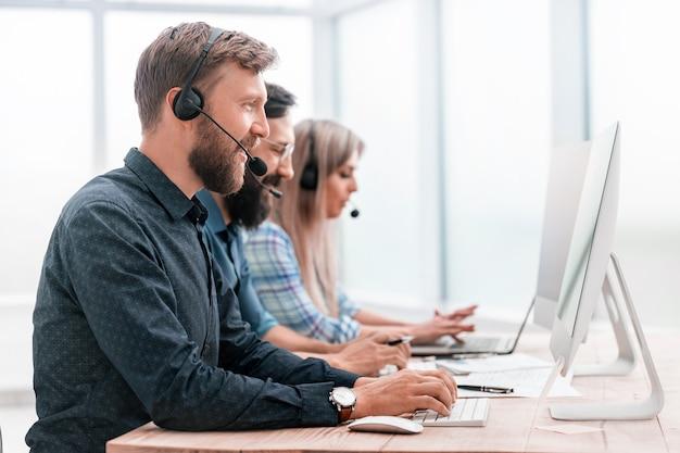 De cerca. los empleados del centro de llamadas trabajan en computadoras modernas.