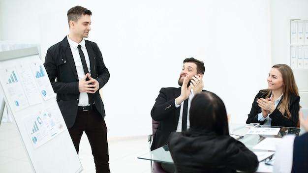 De cerca. el empresario muestra información en el rotafolio.