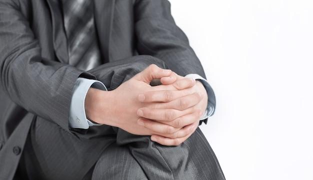 De cerca. empresario sentado en una silla de oficina.aislado en blanco