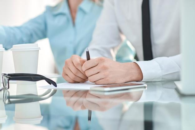 De cerca. empresario sentado en su escritorio. concepto de negocio
