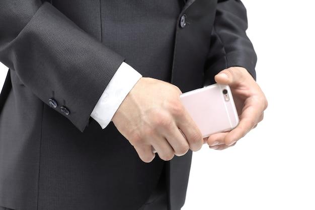 De cerca. empresario sosteniendo un smartphone.aislado en blanco.