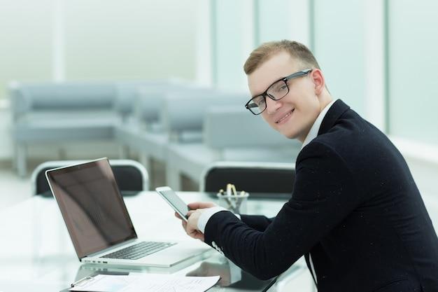 De cerca. el empresario utiliza gadgets para analizar gráficos financieros. tecnología empresarial