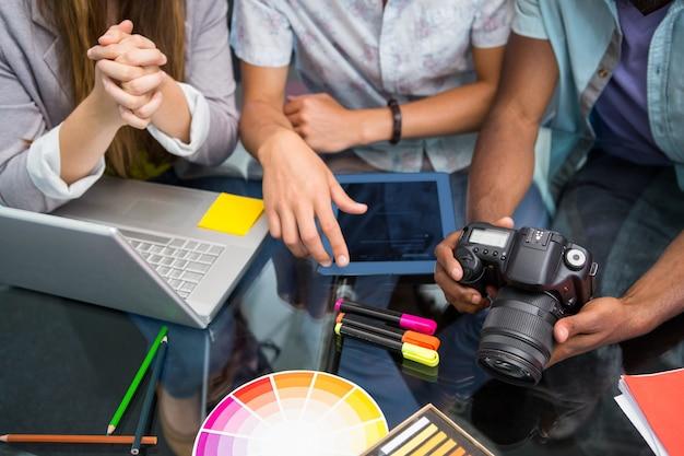 Cerca de empresarios creativos con cámara digital