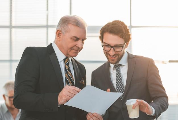 De cerca. empresarios discutiendo un documento legal. días laborables de oficina