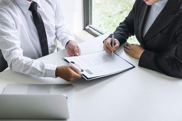 Cerca de empresarios que firman un contrato